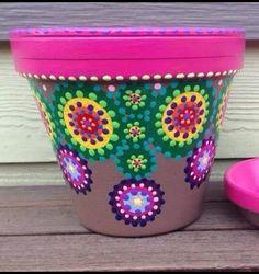 Beautiful paint job ! Flower Pot Art, Flower Pot Design, Flower Pot Crafts, Clay Pot Crafts, Painted Clay Pots, Painted Flower Pots, Rock Painting Patterns, Dot Art Painting, Terracotta Flower Pots