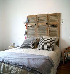 De vieux volets transformés en tête de lit déco.