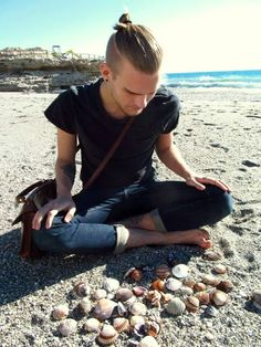 "tuhotulva: "" Me pondering which shells to take home """