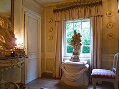 The little entrance hall, added by Fowler and refurbished by Nicky Haslam. French decorative touches abound and the pedestal is in the style of those at Sanssouci, the summer place of Frederick the Great, King of Prussia.