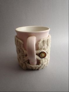 Ooo another adorable Coffee Cozy.just gota learn to cable knit now! Coffee Cup Cozy, Mug Cozy, Nifty Crafts, Sewing Crafts, Mug Warmer, Coffee Sleeve, Coffee And Books, Cute Mugs, So Little Time