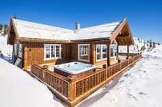 HØGEVARDE - Eksklusiv og nyoppført utsiktshytte med solrik terrasse (ca. 90 kvm) 4 soverom, 2 bad og 2 stuer + 65 kvm (gulvareal) hems. | FINN.no
