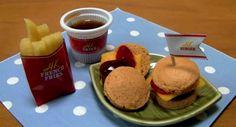 Un « délicieux » mini Hamburger made in Japon.  Venu tout droit du Japon, le mini Happy Kitchen Hamburger sucré se prépare en quelques secondes. Une belle manière d'apprendre aux enfants la mal-bouffe !    Au Japon des mini recettes se concoctent comme un jeu d'enfant. Le mini hamburger proposé par le groupe Kracie est vendu en kit et se prépare en quelques secondes.