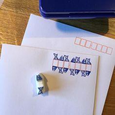 最近ハマってるのが郵便番号枠と遊ぶはんこ!!どハマって毎日アップしてるんですよ。ツイッターとインスタとFBで。笑第一号がこれ!魚です。枠が赤かったので、熨...