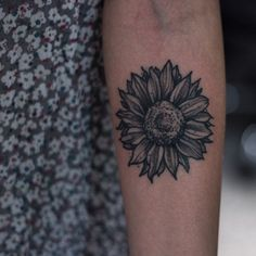 Sunflower! #tattoo #blackworkerssubmission #blxckink #flowertattoo #naturelove #stippling #dotwork #rsilveira