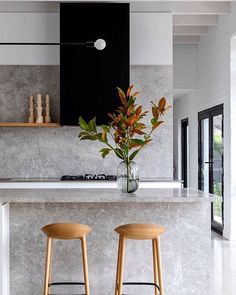 In love with the simplicity and elegance of this kitchen. 😊 Matching backsplash and countertop look amazing here. 😊 Stay up to date with kitchen trends by subscribing to our newsletter: 😊 📷 rosstangarchitects . Kitchen Showroom, Kitchen Interior, Küchen Design, House Design, Design Trends, Classic Kitchen, Interior Architecture, Interior Design, Decoration Inspiration