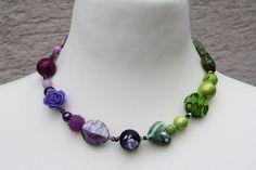 Kette in grün und lila  by trixies, Nun mal ein Exemplar aus meiner Ketten-Kollektion. Dieses Mal ein wunderschönes Stück in lila und grün ...