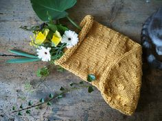 Tuto gratuit Cocon de naissance au tricot, rapide et facile à réaliser.  Free pattern of a knitted cocoon for newborn, easy and quick to realize. Crochet Bebe, Crochet Bikini, Knitted Hats, Winter Hats, Reusable Tote Bags, Wool, Knitting, Cocoon, Bille