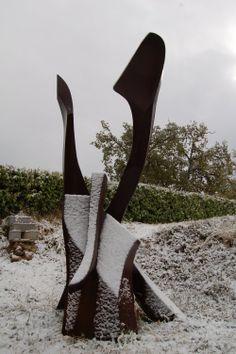 écriture sous la neige _ #sculpture acier corten plein et délié dans l'espace h 4m _pièce unique