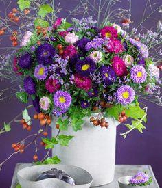 Mit diesem wunderschönen Blumenstrauß aus Astern, Hagebutten und Efeu kann keine triste Stimmung aufkommen.