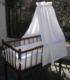 la cuna de Mathi  para Benja Baby Canopy, Moses Basket, Refurbished Furniture, Pretty Baby, House Goals, Baby Cribs, Reborn Babies, Crib Bedding, Cot