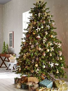 Love this tree with natural theme ornaments in browns and greens! DesignDreams by Anne: Christmas Pinspiration