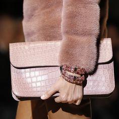 Le bracelet gourmand de Gucci http://www.vogue.fr/joaillerie/tendance-des-podiums/diaporama/fashion-week-automne-hiver-2014-2015-tendances-bijoux-fw14/17758/image/979234#!tendances-bijoux-fashion-week-automne-hiver-2014-2015-gucci