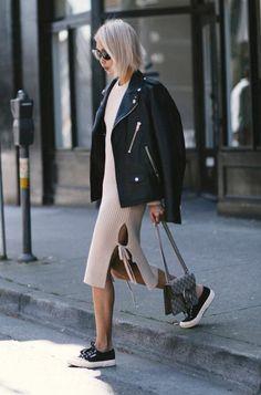 vestido midi justinho e jaqueta de couro