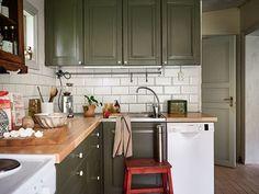 Shabby Chic Kitchen, Rustic Kitchen, Kitchen Dining, Open Kitchen, Dining Rooms, Green Kitchen Cabinets, Kitchen Colors, Kitchen Ideas, Olive Green Kitchen