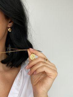 Lant din argint Manissi Muze placat cu aur titlu 18k. Lantul este prevazut cu pandativ avand diametrul de 1,7 cm. Produsul se livreaza in cutie de bijuterii personalizata si are garantie un an. Aur, Earrings, Jewelry, Fashion, Ear Rings, Moda, Stud Earrings, Jewlery, Jewerly