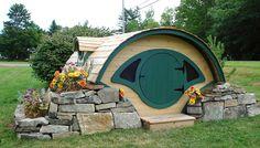 Wer seine Kleinsten oder sich selbst eine Freude machen möchte, kann sich dieses Hobbit-Häuschen aufstellen. Perfekt zum Übernachen im Garten. Dabei kann man zwischen verschiedenen Ausrüstungen und Features wählen. Wie wäre es zum Beispiel mit einer Rutsch