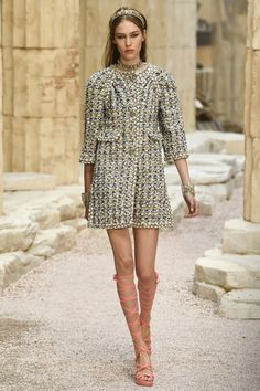 See the complete Chanel Resort 2018 collection. Visit our shop, if not necessarily Chanel . Catwalk Fashion, Fashion 2018, Fashion Week, Latest Fashion Trends, High Fashion, Luxury Fashion, Fashion Show, Fashion Looks, Womens Fashion