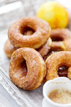 Oponki drożdżowe mocno pomarańczowe Sweet Desserts, Sweet Recipes, Cake Recipes, Dessert Recipes, Yeast Donuts, Polish Recipes, Polish Food, Baked Goods, Sweet Tooth