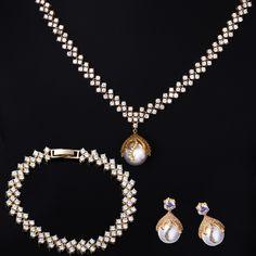 Perlen Schmuckset aus 18 Karat Gold mit Zirkon. Schmuckset bestehend aus: Halskette, Armband und Ohrringen.