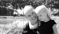 Father and daughter, Vader en dochter. Photoshoot. Outside. Black and White, Summer. Fotografie Sarina