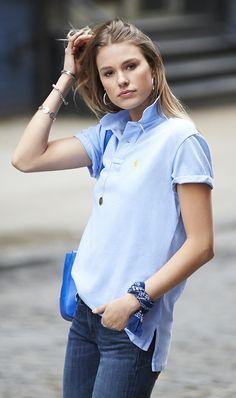 camisa polo e bandana azul amarrada no braço