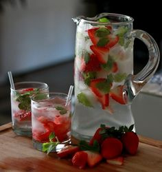 Oh yum. Strawberry Mint Spritzer from Healthy Cocktails Snacks Für Party, Party Drinks, Cocktail Drinks, Fun Drinks, Cocktail Recipes, Alcoholic Drinks, Beverages, Drink Recipes, Alcohol Recipes