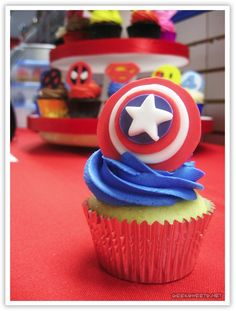 Awesome superhero cupcakes :) Man I will make some awesome boy birthday parties :)