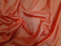 Hightech (Mandarina). Tecido leve, com brilho acetinado, superfície com suave efeito de amassado. Ideal para looks festa.  Sugestão para confeccionar: vestidos de festa, saias, blusas, entre outros.