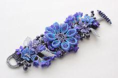 Bracelet floral en bleu et en violet par RoseBluBeads sur Etsy