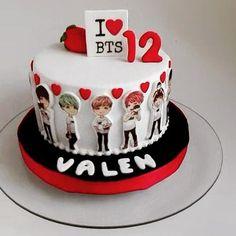 Torta BTS . . . #bts #cake #birthdaycake #birthdayparty #btscake #torta #tortacumpleaños #tortacumple #tortabts #chocolatoso #chocolate #ganache #ganacheado #todocomestible #modeladoenazucar #modelado #pamcake #pamcakehouse Sweet 16 Cakes, Cute Cakes, Bts Cake, Army Cake, 1st Bday Cake, Cake Land, Bts Birthdays, Fondant Cakes, Cakes And More