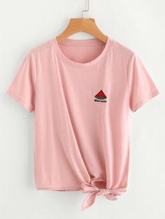 Camiseta con bordado de sandía con nudo lateral