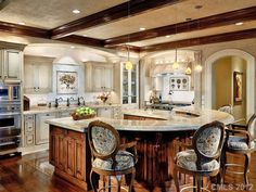 i'm in love with this kitchen. that u shaped island is to die for!