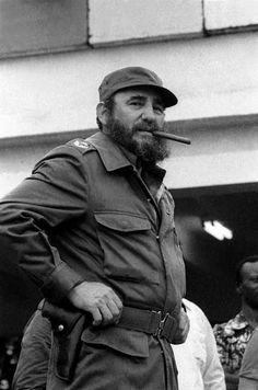 Fidel Castro habla en un mitin en el aeropuerto de La Habana, en la despedida del personal médico enviado a Armenia, 10 de mayo 1978.