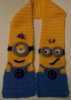 Ravelry: Minion Character Scarf pattern by Wistfully Woolen. It's not knitting but darned cute! That's Phil on the left, Tim on the right. (Yeah, they have names! Chat Crochet, Crochet For Kids, Free Crochet, Minion Crochet Patterns, Knitting Patterns, Minion Pattern, Scarf Patterns, Crochet Minions, Crocheting Patterns