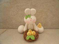 Bunny and Nest of Chicks Figurine von countrycupboardclay auf Etsy