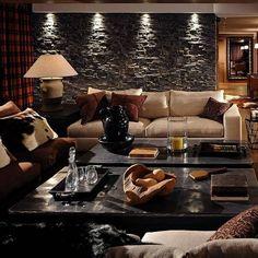 luxus wohnzimmer steinwand tische sofa