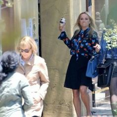"""aspirationalbrand: """"reese witherspoon throwing ice cream at meryl streep on the set of big little lies season two """" Felicity Huffman, Big Little Lies, Reese Witherspoon, Meryl Streep, Nicole Kidman, Best Actress, Season 2, Scene, Daughter"""