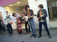 Uma banda de rua fazendo um som pra la de divertido