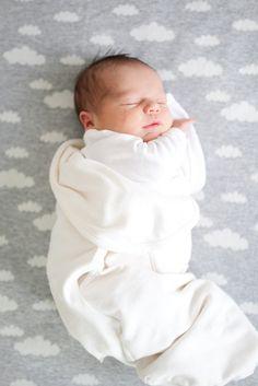 Zó lief dit kleine baby'tje op een wolkjesdoek. #wolkjes #babyfoto