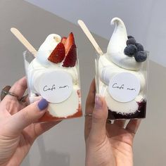 Discovered by Jazz. Find images and videos about food, delicious and theme on We Heart It - the app to get lost in what you love. Think Food, I Love Food, Food Porn, Snacks Saludables, Milk Shakes, Cute Desserts, Cafe Food, Aesthetic Food, Korean Aesthetic