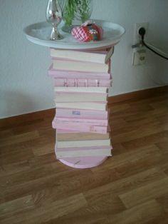 Beistelltisch aus alten angemalten Bücher side table from old books #sidetable#old books
