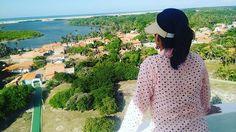 Visão privilegiada de cima do Farol: a praia de Caburé, o Rio Preguiça e o simpático distrito de Mandacaru. Aqui tem mar, rio, lagoas, dunas, artesanato em buriti e uma beleza surreal. E para ter acesso a tamanha dimensão e beleza, basta subir apenas 160 degraus e contemplar.#MakennaeDyxklayNaEstrada#CasalComRodinhasNosPés #NossaVidaÉAndarPorEssePaís #lençóismaranhenses #Nordeste #Maranhão #farol #caburé #atins #riopreguiça #mandacaru