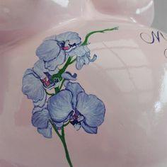Handgemalte Orchidee auf Babybauch in Hochglanz lackiert