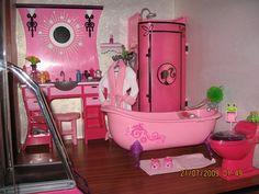 Sweet Barbie bathroom Barbie Bathroom, Barbie Room, Barbie Doll House, Barbie Furniture, Dollhouse Furniture, Barbie Clothes, Barbie Stuff, Blythe Dolls, Dolls Dolls