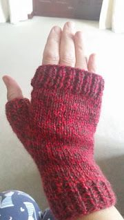 Marianna's Lazy Daisy Days: Easy Fingerless Mitts - with Thumbs - Fingerless mittens - Knitted Mittens Pattern, Knit Mittens, Fingerless Gloves Knitted, Crochet Gloves, Lace Knitting, Knitting Patterns Free, Crochet Patterns, Knitting Scarves, Knitting Tutorials