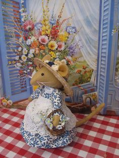 Brambly Hedge My mum used to make these they are gorgeous xx but not toys :) Brambly Hedge, Mouse Pictures, Tiny Furniture, Pet Mice, Fairy Figurines, Forest Creatures, Felt Mouse, Cute Mouse, Love Craft