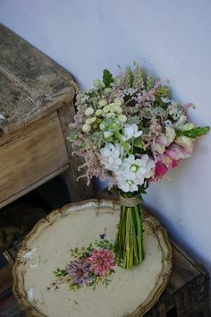 Ramo de novia con astilbe, alheli, astrantia y trigo Love Flowers, Wedding Flowers, Wedding Dresses, Bride Bouquets, Corsage, Diy Wedding, Floral Arrangements, Floral Wreath, Artsy