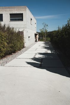 Allée contemporaine, dalles de bétons sur mesure et cailloux Garage Beton, Facade, Garage Doors, Sidewalk, Park, Outdoor Decor, Inspiration, Gardens, Courtyards