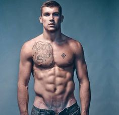 Autraliano Mathew Ryan is 24 years old. He is really hot and is a pity that the team has already been eliminated. I wanted to see him ...play more hahahah